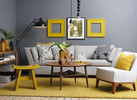 O amarelo é vibrante, moderno e muito usado na decoração, principalmente aliado ao cinza. O ideal é deixar almofadas, adornos, quadros e tamboretes na cor