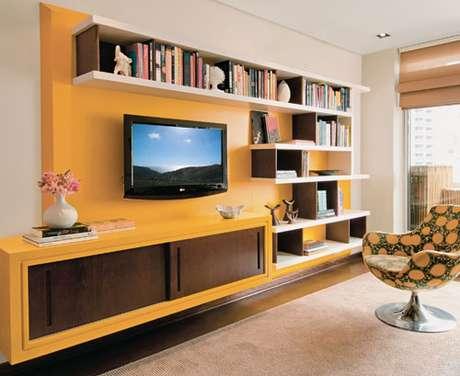 Painel de laca colorido para a TV é uma opção ousada, mas moderna e muito em alta para a dar cara nova à sala