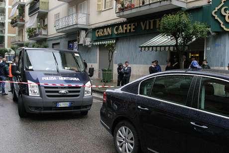 La escena de un asesinato relacionado con la mafia, un hombre fue emboscado cerca de un bar en Casavatore, Nápoles.