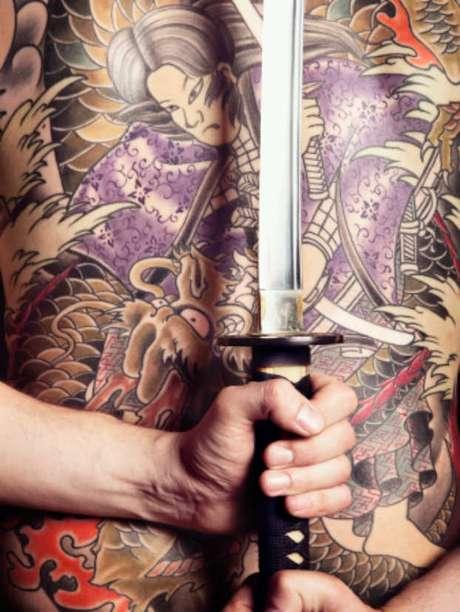 Un tatuaje de espalda del estilo que usa la mafia en Japón.