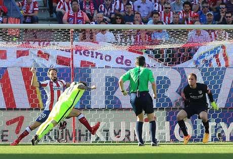 Bola na mão de Juanfran não foi interpretada como pênalti pelo árbitro