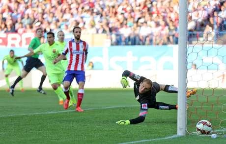 Messi mandou a bola no cantinho esquerdo de Oblak e correu para o abraço