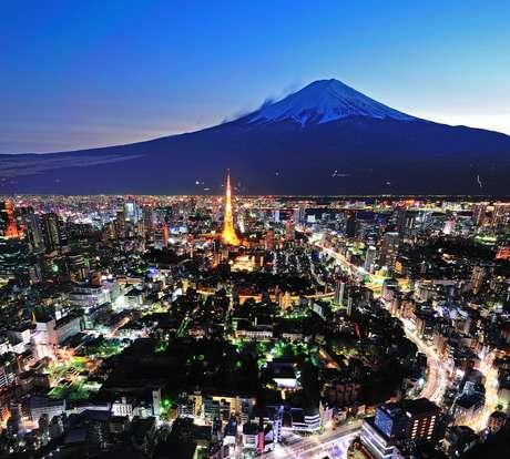 Monte Fuji - Apesar de ficar na cidade de Honshu, o Monte Fuji pode ser visto a oeste da capital do Japão em dias de céu limpo. O monte é a mais alta montanha do país e uma das mais famosas do mundo, além de ser um vulcão ativo, porém com baixo risco de erupção