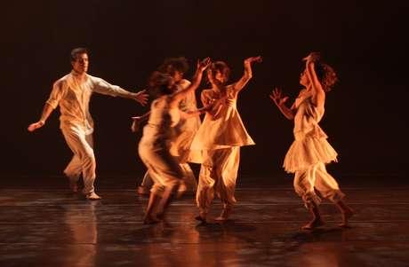 """Cena do espetáculo """"PAI"""", da Companhia Antonio Nóbrega de Dança no Festival O Boticário na Dança"""