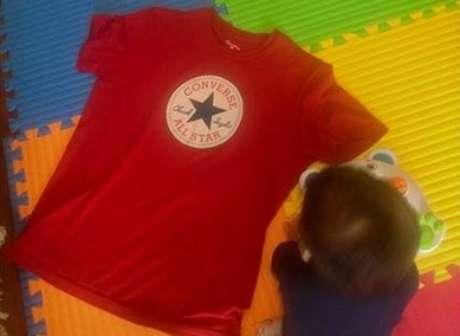 """Camiseta vermelha usada por Guga Noblat no dia em que foi chamado de """"comunista"""""""