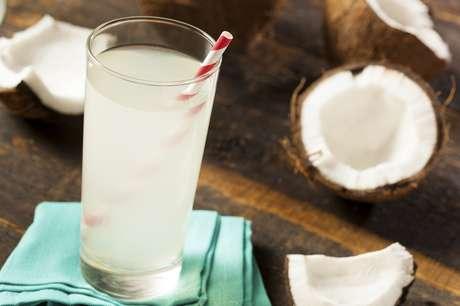 A água de coco e, claro, a água ajudam na reposição de minerais