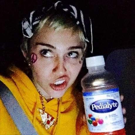 Miley Cyrus aposta na bebida infantil para curar ressaca