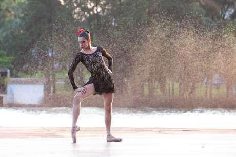 """Lago Igapó, em Londrina, no Paraná, também virou palco para bailarina interpretar solo de """"Carmen"""", em 2014"""