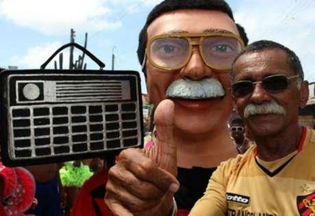 Zé do Rádio ao lado do boneco de Olinda feito em sua homenagem