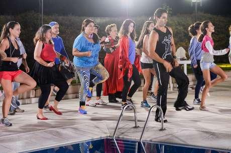 """Fabiana Karla e outros participantes do """"Medida Certa"""" na aula de dança do programa de emagrecimento"""