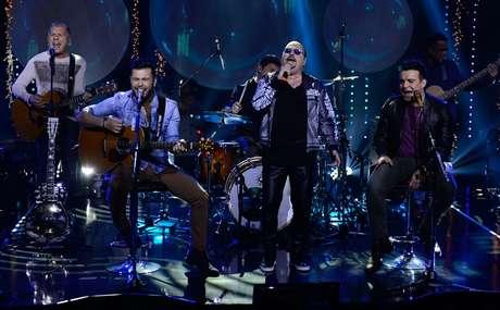 Marcos e Belutti canta com Roupa Nova