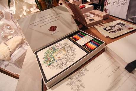 Convite para colorir vem em caixa com 12 lápis
