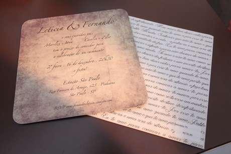 A atriz Leticia Sabatella fez convite com cartão bolacha, que tinha foto no verso, ia em cartão com poema impresso e depois servia como mouse pad