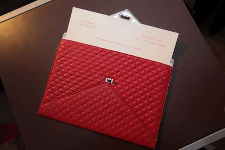 Envelope de couro serve depois como capa de iPad