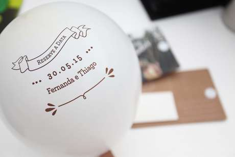 Bexiga com data impressa vem em cartão postal e serve como lembrança ou save the date