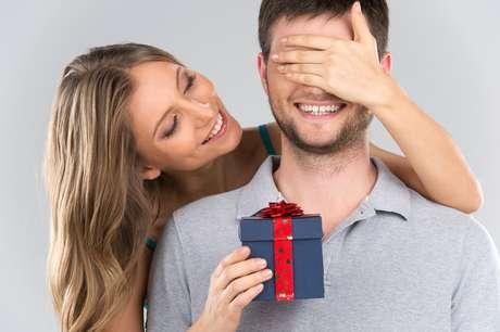 Quando o relacionamento não é oficial, a dúvida de dar ou não um presente no Dia dos Namorados é grande, mas com algumas dicas especiais a indecisão vai embora