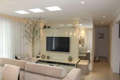 A decoradora Simone Fogassa sugeriu cortinas leves como as de linho