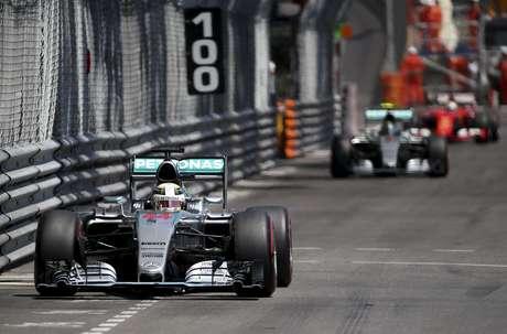 Lewis Hamilton liderou boa parte da prova, mas um erro estratégico no fim custou a vitória