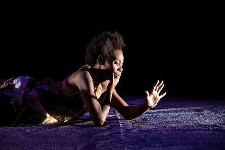 """Cena do espetáculo """"Dikanga Calunga"""", da Nave Gris Cia. Cênica, que tem a ancestralidade africana como tema"""