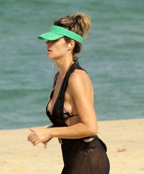 Fernanda Lima corre na praia do Leblon, no RJ, nesta terça-feira (26)