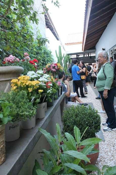 Além de alimentos, são vendidas plantas e esculturas