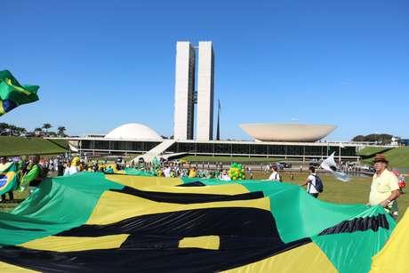 Manifestante pró-impeachment se reúnem em frente ao Congresso Nacional