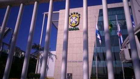 Imagem da sede da CBF José Maria Marin na manhã desta quarta: prisão do homenageado