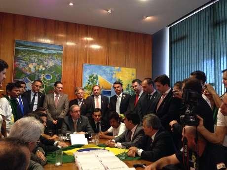 Eduardo Cunha (sentado na ponta) com integrantes do MBL e deputados de oposição