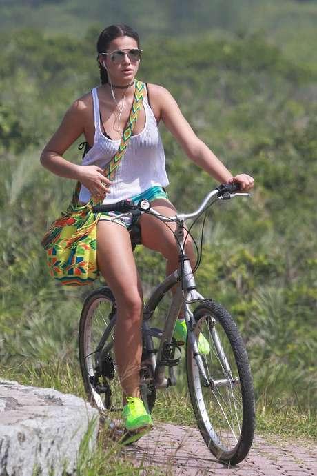 Até para pedalar, Bruna só vai acompanhada do acessório que agradou em cheio as celebridades de todo o mundo
