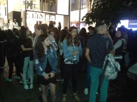 Cerca de 250 fãs formaram fila na rua Oscar Freire para ver Kendall Jenner