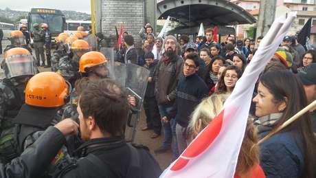 Manifestantes revoltados com a saída dos veículos
