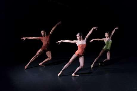 """Coreografia para nove bailarinos, """"Indigo Rose"""" tem movimentação vigorosa"""
