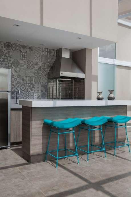 Em apartamentos pequenos, e com cozinha americana, o cuidado com o tamanho e a quantidade de móveis deve ser dobrado para não deixar o ambiente sobrecarregado