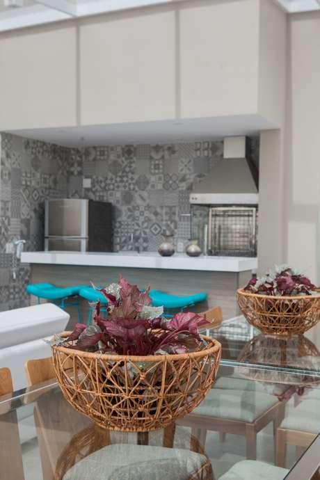 Cores vibrantes são ótimas em acessórios como quadros, almofadas e objetos de decoração