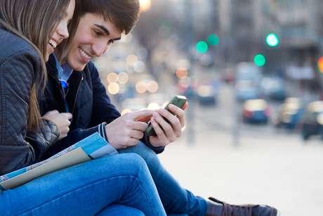 """Com o avanço da tecnologia, não faltam aplicativos com as mais variadas funções que ajudam a """"refrescar"""" a memória daquele namorado esquecido, facilitar a interação entre o casal e até dar aquela forcinha para quem deseja encontrar um novo par"""