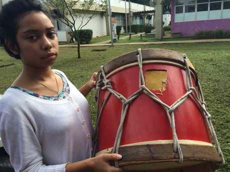 Até o instrumento de percussão da estudante de Turismo Luana acabou atingido por disparos da PM