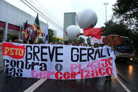 Manifestantes fecharam a avenida Nações Unidas, na zona sul