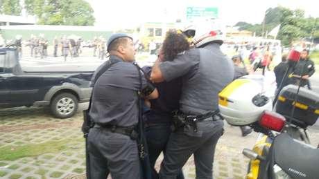 Manifestante foi detido durante confronto com a polícia em SP