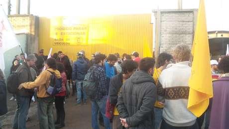 Manifestantes bloqueiam garagem antes da liberação