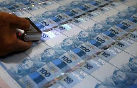 Funcionário inspeciona notas de 100 reais na Casa da Moeda, no Rio de Janeiro.