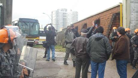 Polícia tenta organizar a saída de veículos