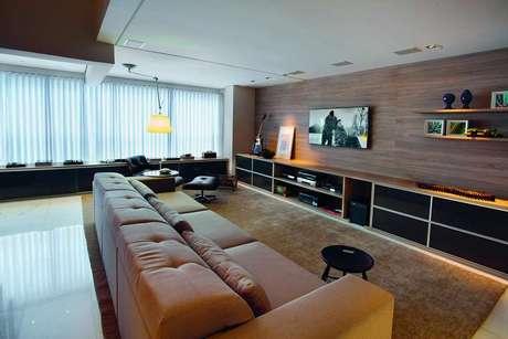 Um painel de madeira para a área da TV é um ótimo acerto, mas é preciso cuidado para não usar muita madeira em um mesmo cômodo