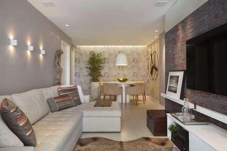 Papel de parede ou revestimento em cores lisas dão um acabamento diferenciado a salas pequenas
