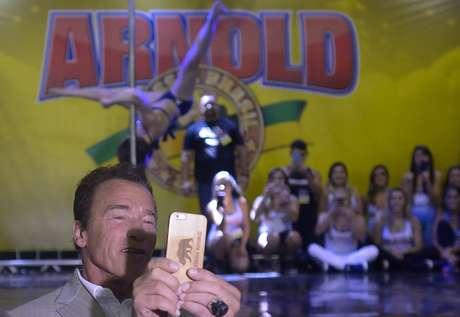 Arnold Schwarzenegger tira selfies em evento fitness no Rio