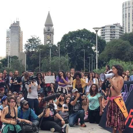 Grávida aos sete meses, a artista plástica Renata Bernardes (com o microfone à mão) defendeu a legalização do aborto