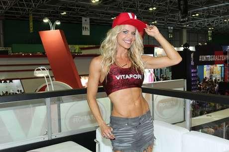 Karina Bacchi exibe curvas e curte evento fitness de Schwarzenegger no Rio de Janeiro