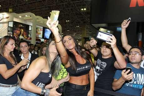A apresentadora tirou fotos com os fãs