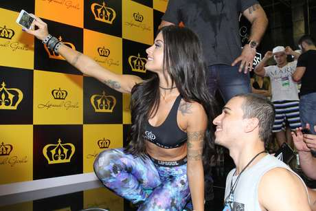 Aline Riscado tirou selfies com os fãs no evento