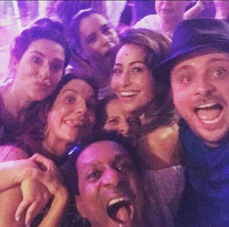 A atriz Fernanda Paes Leme postou foto da turma animada na festa de Ivete Sangalo