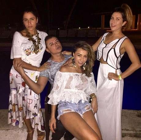 """""""A Bahia está pegando fogo!"""", postou David Brazil ao lado de Sabrina Sato, Marina Morena e Fernanda Paes Leme"""